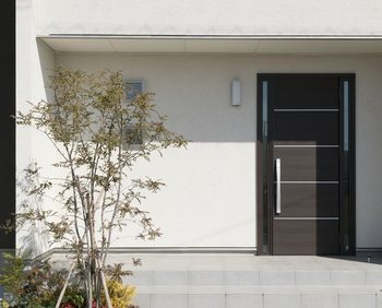玄関ドアを含めた住宅のファサード