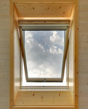 外に開いている横滑り窓