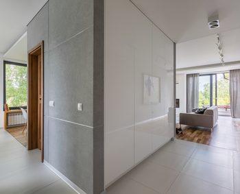 土間のようなグレーのタイルの空間の奥に部屋が見えている