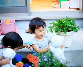 家から少し出たところで遊ぶ二人の子供