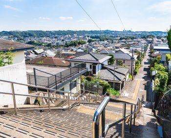 坂の上から眺める造成地と思われるところに広がる住宅街