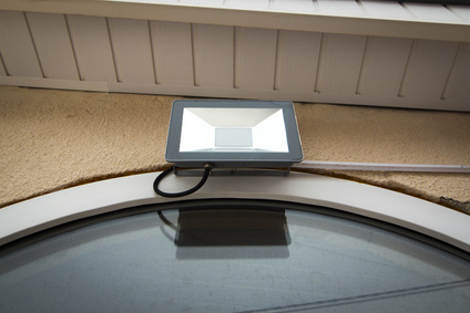 センサーライトが玄関の上に取り付けられている