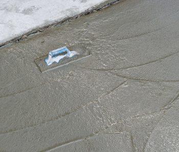 金鏝とコンクリートの仕上げ段階の様子