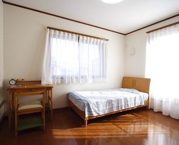 ベッドと机だけがおいてあるシンプルな子供部屋