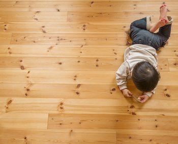 赤ちゃんが子供部屋の床で寝転がっている