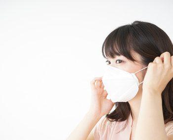 カビ対策にマスクを着けている女性