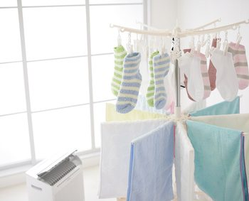 洗濯物と除湿機
