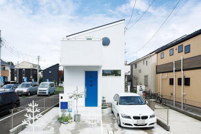 シャープな印象を与える特徴的な片流れ屋根のフォルム。通りに面する窓の数は減らしたり、小さくしたりすることで、プライバシーに配慮しています。