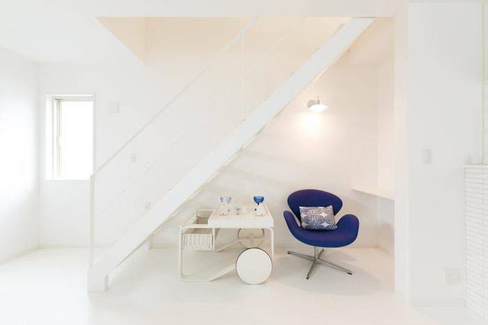リビング階段下のスペースを活用して、スタディーコーナーを設けています。ちょっとしたデスクワークや読書をしたりするのに適した、こもり感のある空間が生まれました。