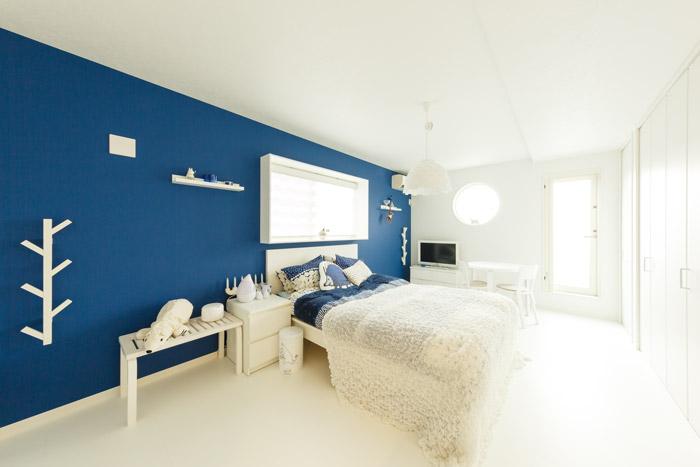 壁一面に青のアクセントクロスをあしらった2階の洋室。白と青のビビッドなコントラストが、清々しい気分にしてくれます。ディスプレイを楽しむことができる出窓(写真中央)は、リガードからの空間提案です。