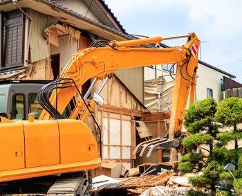 解体工事中のショベルカー 家 解体 費用