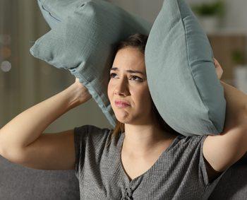 雨音がうるさいと悩む女性