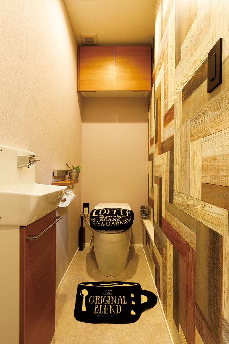 トイレのしつらいにもKさまご夫妻のこだわりが。モダンなモザイク調のアクセントクロスを使って、メリハリのあるデザインに仕上げました。手洗いも埋め込み型にして、空間自体をシンプルに。