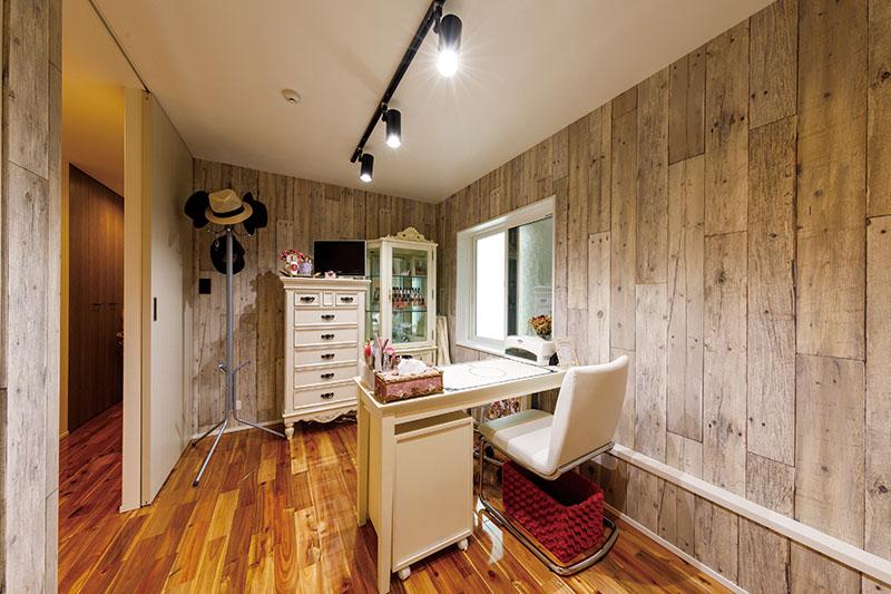 落ち着いた仕上がりの奥さまのワークスペースには、シャビーな木質のクロスをあしらって、ショップのようなデザイン空間を演出しています。レールのスポットライトや家具などのインテリアも造作に合わせてチョイス。「自分たちだけの、思い通りの家づくりができました」と奥さま。