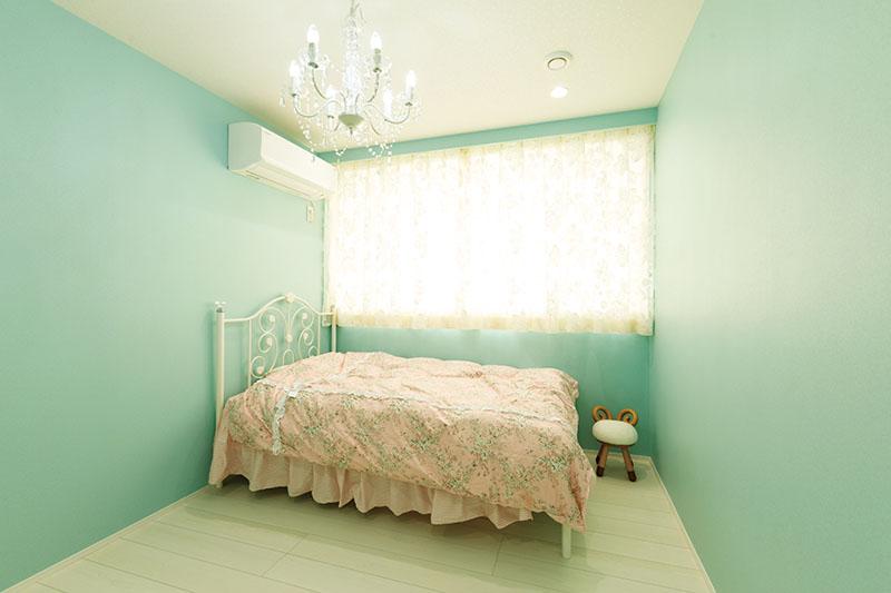 子ども室の壁紙には、色調の淡いミントグリーンのクロスを採用しました。大きな窓からの光が隅々まで届き、部屋じゅう明るい仕上がりに。Oさまご夫妻は「窓を大きくすることで朝陽ですっきりと目覚められ、お陽さまに合わせて規則正しく、からだと生活のリズムが整います」と、お子さまの健康を気遣います。