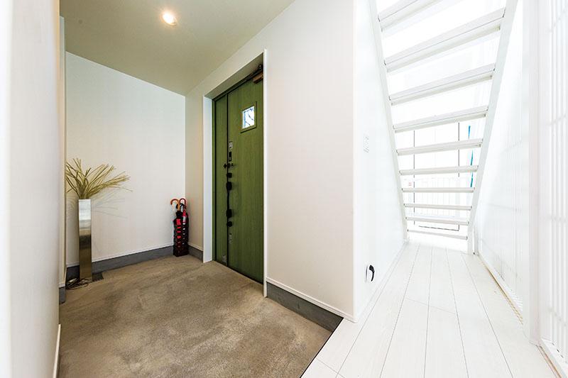 広々とゆとりのある玄関スペース。シューズクロークを備えていて、家族の履き物やアウトドア用品を表に出さずにすっきりと美しく、いつでも来客をスマートに迎え入れられます。リビングからの光がふんだんに届き、スケルトンにした階段側からも光と視線が通る開放感のある仕上がりです。