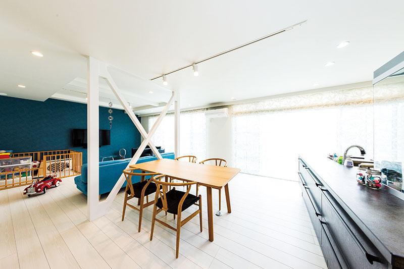 テラスに面して並ぶ大きな窓の明るさと開放感に圧倒されるワンフロアのLDK。「これだけ窓を大きくしたのに、気密性はかなりいい。しかも全く結露しないので、つくるのは相当苦労したと思いますよ」とOさま。手前のアイランドキッチンはセラミック製で、「キッチンに立つ時間が心地よく、このキッチンで料理を作るのが楽しみになりました」と奥さまも大満足です。