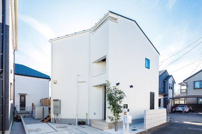 純白の美しいモダンデザインの外観は、街並みの中でひと際、目を惹きます。外構のブロックも白で統一しました。道路側にはあえて窓などの開口部を少なくして、シンプルに見せています。