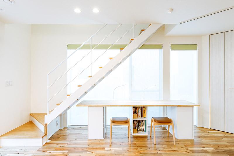 スケルトンのセンター階段下のスペースを家族のスタディスペースに。LDKの一角にあることで、家族が互いに気遣いながら同じ時間を共有できる空間デザインです。