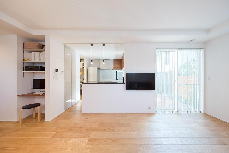 「注文住宅を建てるからには、自分たちが望む暮らしに合うようにしたかった」というYさま。家族が居心地よく過ごせる空間づくりと、家の構造そのものがデザインとなる美しい空間がテーマです。空間に合わせてモノは少なく、シンプルに。光や風が設計通りに心地よく、安らぎに満ちたライフスタイルを実現しています。
