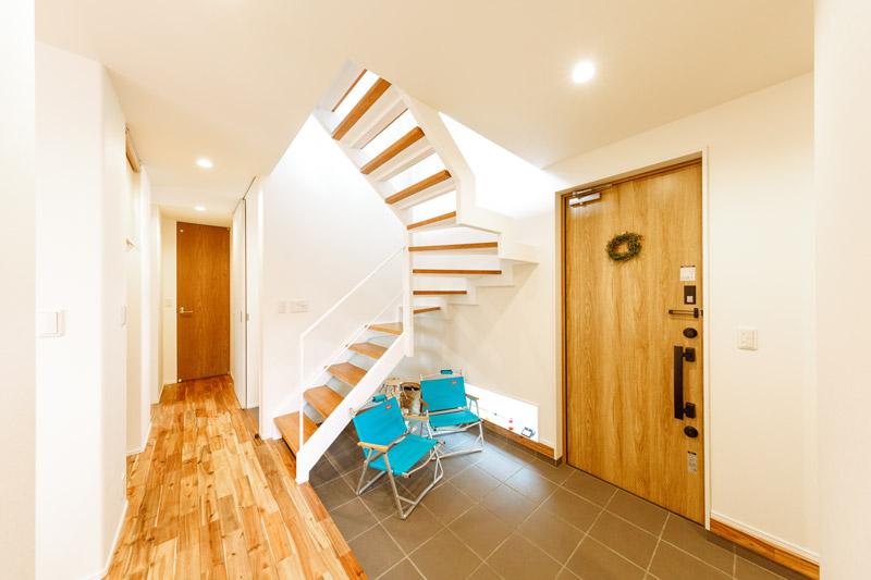 「実は、玄関はもっとコンパクトにするつもりだったんです」というFさま。スケルトン階段を組み合わせた立体的な土間玄関は、建築家ならではの提案。縁側のように開かれたコミュニティスペース、あるいは趣味のスペース、子どもの遊び場...etc。使い方を選ばない自由な空間が生まれました。