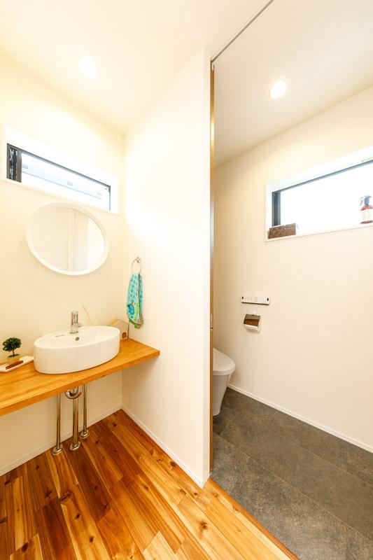 水回りもシンプルですっきりと美しいデザイン。高い位置に窓をつくり、外からの光を入れることでより清涼感を感じられる空間演出が施されています。洗面台には丸い鏡を合わせるなど、無駄のないすっきりとした空間となるよう、映えるインテリアのチョイスにもこだわりました。