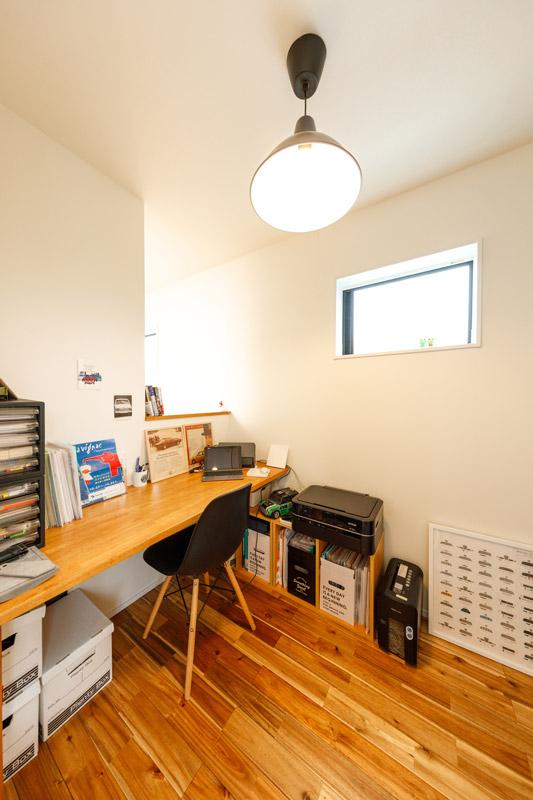 リビングの一角には、カウンターのある書斎スペース。階段の吹き抜けに面した壁の一部を開いて開放的に。家じゅうに光を通すデザイン。ライフステージにあわせて役割を変える、柔軟性の高いシンプルな空間設計です。