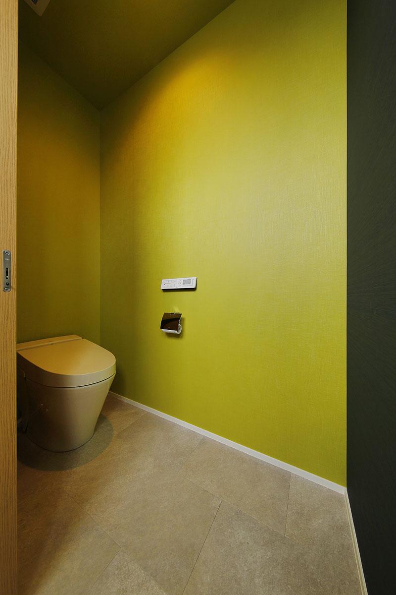 Tさまこだわりのトイレ。和らぎをもたらす渋い柳色に、マットブラックのクロスを組み合わせました。茶室のような落ち着きのある和テイストの空間にメリハリをきかせたモダンな仕上がりです。