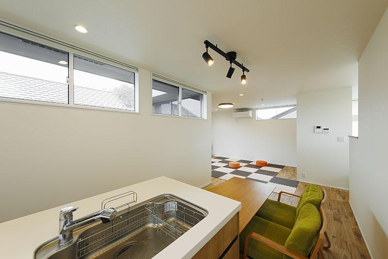 キッチンにいてもリビングの奥まで視線が届きます。立地状況に配慮して天井に近い位置に高窓を配置することで、日々の暮らしで近隣からの視線を気にすることなく、彩光性をしっかりと確保しています。