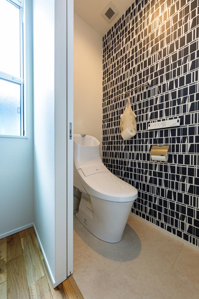 トイレにはモダンなデザインのアクセントクロスを使いました。「せっかく注文住宅を建てるのだから、無機質な感じで終わらせるより、ちょっとした所にもワクワクするような仕掛けを取り入れました」とIさま。