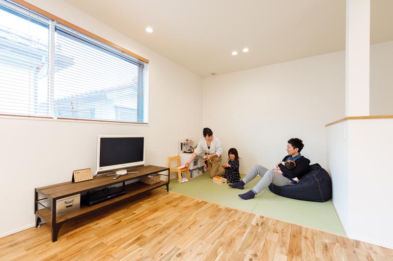 キッチンから目の届くリビングの一角は畳スペースに。ふだんはお子さまの遊び場やお昼寝空間に。ご両親や友人が遊びにきた時の宿泊スペースにも使えます。
