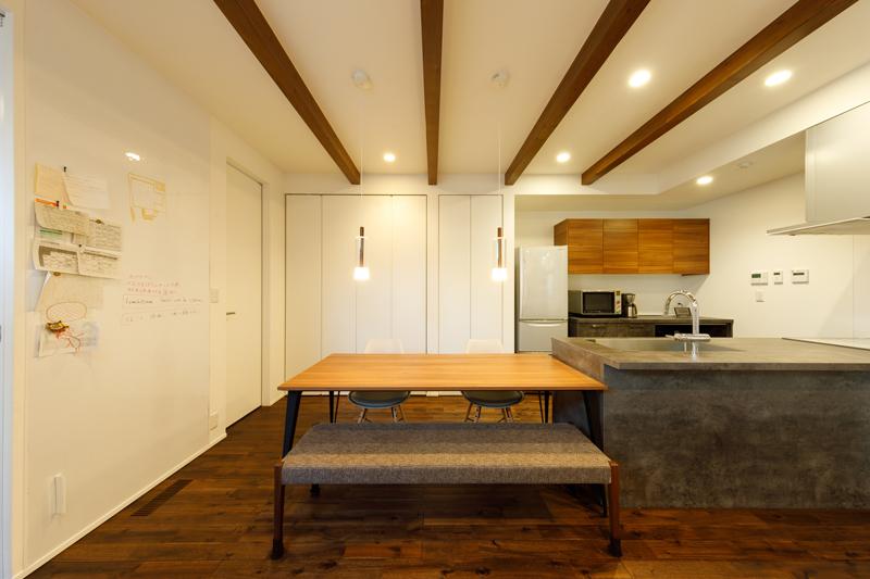 動きやすく、配膳しやすく、使いやすい。奥様も大満足というオープンキッチン。キッチンとシューズクローゼットの動線上に並んだ背面収納は、キッチン用品だけでなく、ランドセルなどお子さまのお出かけ用品も格納しておける大容量。