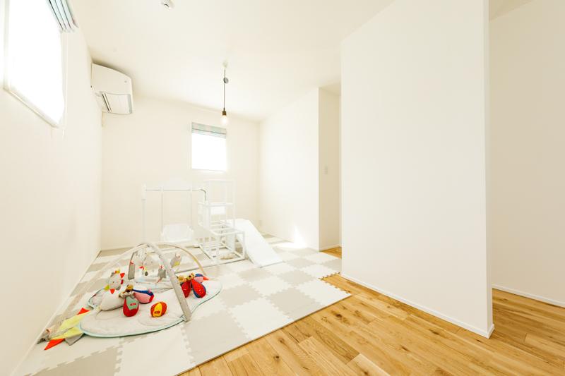 広々とした2階の子ども室。ひとつながりの大空間のままフリースペースとして使うだけでなく、中間に仕切り壁を入れて2部屋に分けることもできます。