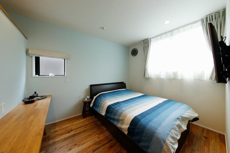 寝室には携帯電話や本、ピアスなどの小物を置いておける使い勝手のいいサイドカウンターを備えました。アクセントクロスも淡い色調にして、ホテルライクな落ち着きのある仕上がりです。
