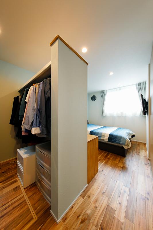 寝室の一角をクローゼットに。境界壁は、上部を開いて空間につながりを持たせ、圧迫感をなくしました。扉で仕切ることなく、機能的で洗練された空間デザインです。
