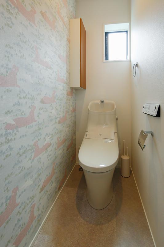トイレの壁紙にはカバのイラストが描かれたクロスをあしらい、リゾートライクな楽しい空間に仕上げました。換気と明かりとりのための窓があることで、閉塞感も解消されています。