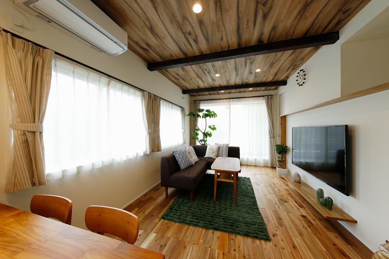 フローリングにはアカシアの無垢材を贅沢にあしらい、天井には化粧梁と木目調のクロスを組み合わせました。一面に並んだ窓から届くやわらかな自然光が、LDKを包んでいます。