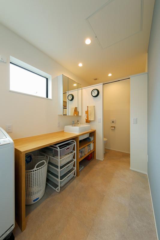2階のファミリークロゼットの奥に浴室・脱衣所などの水回りを配置し、ドレッシングエリアの動線をコンパクトにまとめました。壁際には洗濯物を畳んだりできるカウンターを造作しています。