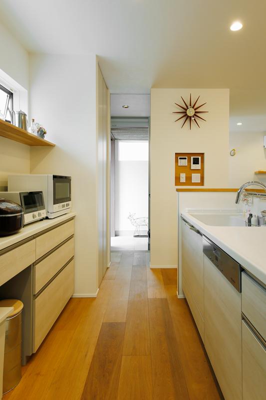 キッチンから玄関まで買い物動線が真っ直ぐに伸びています。モダンデザインの美しいキッチンは、使いやすいだけでなく、掃除しやすく、夫人も大満足の仕上がりです。シンプルで使いやすい回遊動線にパントリーを備えていて、収納量も十分です。