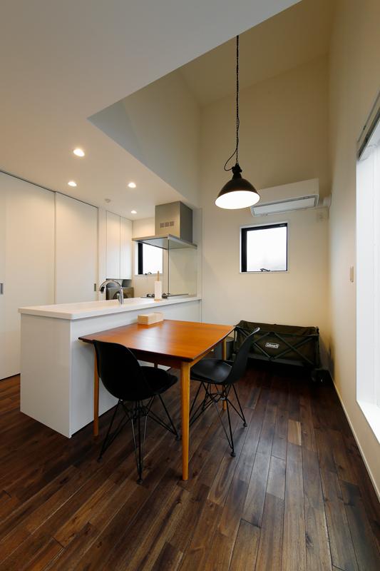 シンプルデザインの空間に色使いも黒と白、シルバーなど数色に制限してまとまりをもたせました。照明などのインテリアもインダストリアルなデザインで統一しています。家電は背面収納に納めるようにして、見た目もすっきりとさせています。