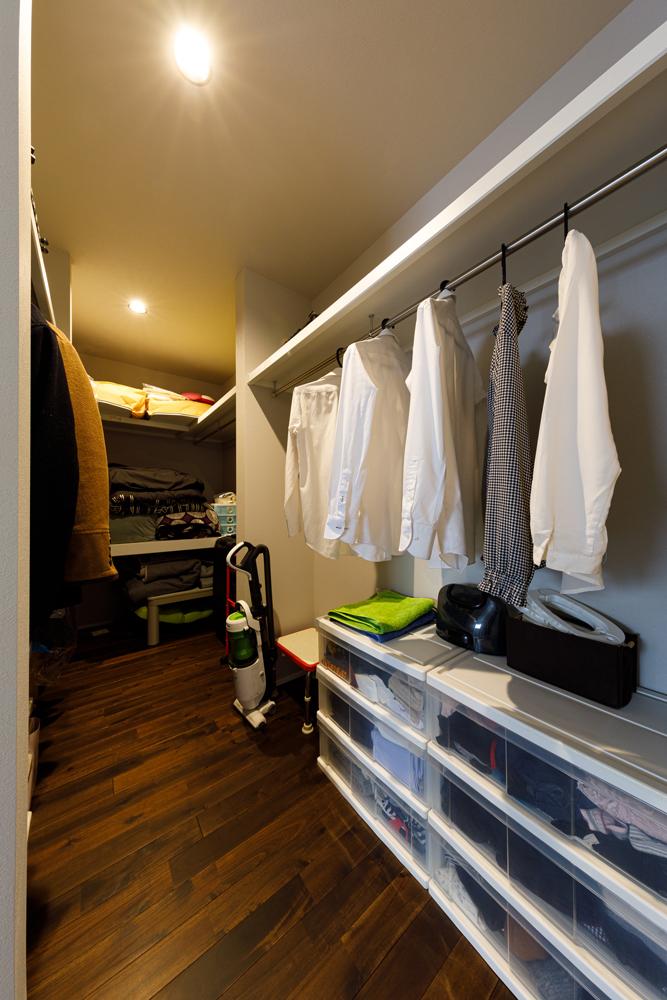ニッチも含めて室内には収納スペースをつくらずに、広々としたクローゼットで集中収納。ミニマルな暮らし方に合わせたシンプルな住まいづくりで、居住スペースをより広くしています。