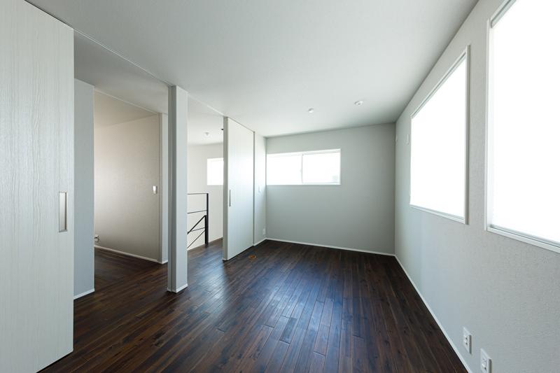 壁や無垢床のフローリングは1階も2階も同じ仕上げにして、モダンテイストで統一。仕切り壁を設けて空間を分けるなど、将来の暮らし方の変化に合わせて可変性のある間取りになっています。