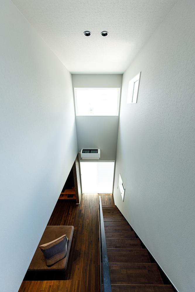 吹き抜けの上部には室内へたっぷりと光をおとす大開口。高気密・高断熱といった高性能を背景に開放的な空間設計を取り入れながら、冷暖房効率の良い快適な屋内環境を実現しています。