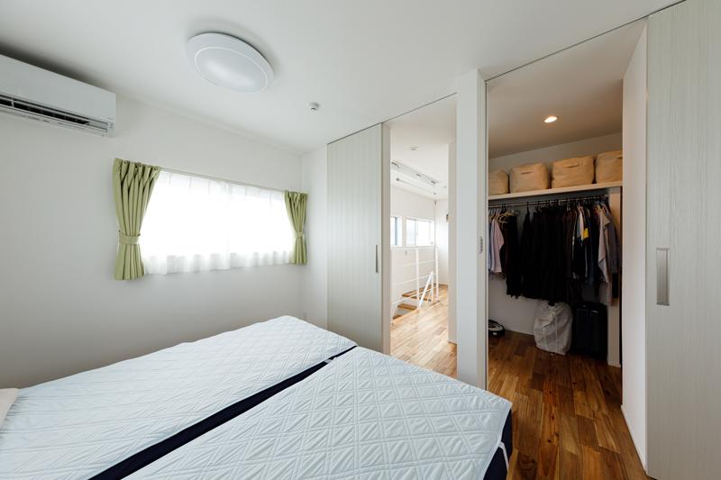 ウォークインのファミリークローゼットと、その脇の居室。各居室にはあえて収納スペースをつくらず、コンパクトにしています。寝る場所として機能性を絞り込むことで、LDKで家族一緒に過ごす時間が多くなります。