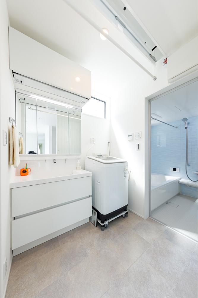 すっきりとした洗面・浴室。日当たりのよい2階は、ベランダをつくらずに室内干しできるスペースを確保。洗面室にもリモコンで格納ができるハンガーパイプが設置されています。