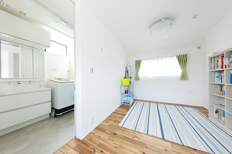 洗面・浴室の隣の居室は、仕切りのないオープンなマルチ空間。家事スペースとして洗濯物を畳んだり、お風呂上がりの着替え場所、子どもの遊び場、読書室などいろいろな使い方ができるユーティリティ性が魅力です。将来的には壁で仕切って子ども部屋にすることもできます。