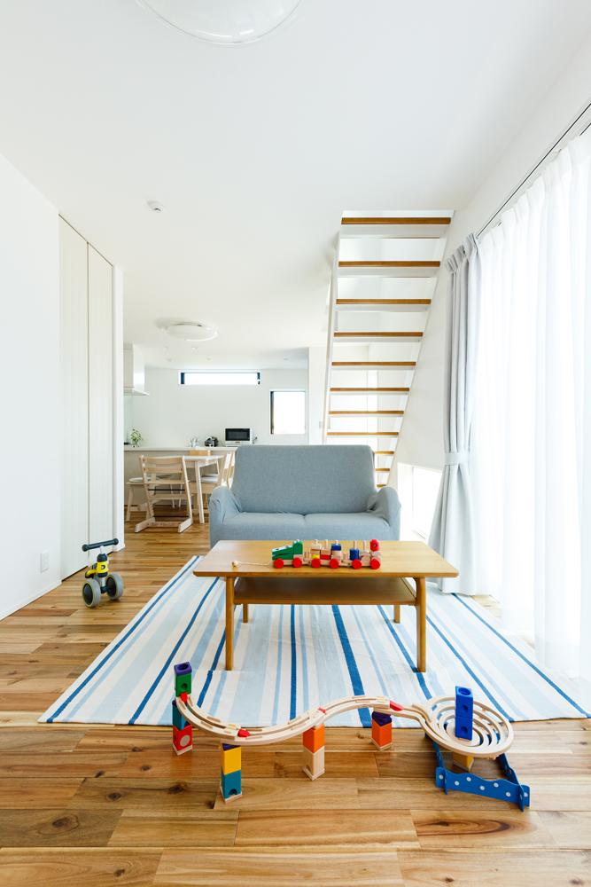 位置や形、サイズもさまざまな窓から光が差し込んで、ご家族の暮らしを明るく包み込みます。光を通すスケルトンのリビング階段、床材には自然のあたたかみが溢れるアカシアの無垢材を選びました。