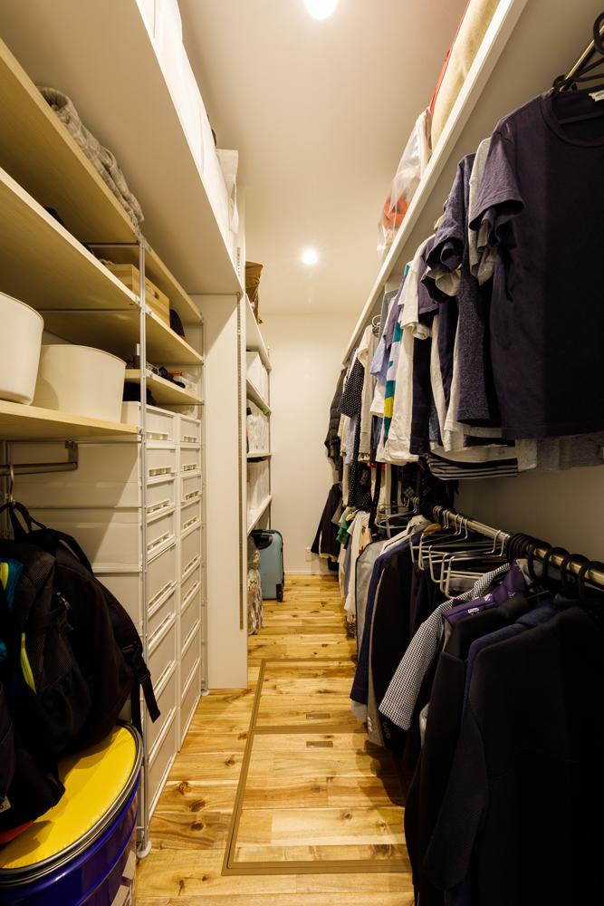 寝室の隣に大容量のウォークインクローゼットを設けました。収納をコンパクトにまとめることで居住空間を広くすることができ、着替えたり、しまったりといった収納動線がシンプルに使いやすくなります。