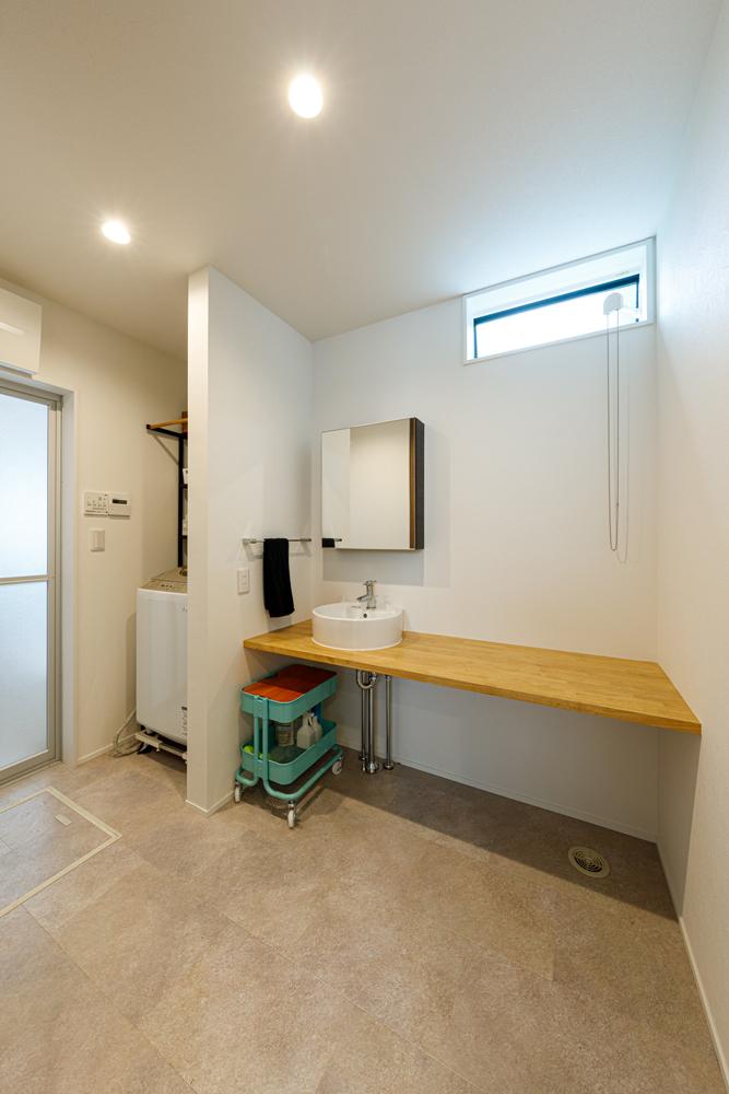 すっきりとシンプルな洗面・浴室。高窓から光を入れて明るく、鏡や洗面ボウルのデザインが際立つように、リネン類も少なく表に出さないように。