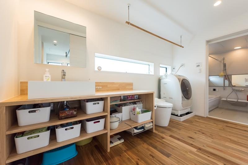 暮らしやすさを意識して、洗面・トイレ・お風呂を直線的にレイアウトしたシンプルな動線デザイン。掃除や洗濯をスムーズにして家事の負担を減らす、子育てファミリーにうれしい空間設計です。